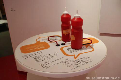 Eine Hörstation in Gestalt eines Bistrotischs führt ins Thema ein, wer eine der Ketchupflaschen anhebt, lernt dazu